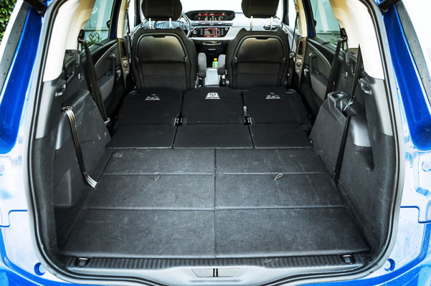 Maximální délka ložné plochy je 176 cm. Díky voliči převodovky pod volantem můžete delší předměty protáhnout mezi přední sedadla