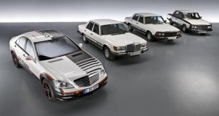"""Starší prototypy ESF 13, 22 a 24 jsou reálnými výzkumnými vozy, které """"přežily"""" vývojový proces. Novější ESF 2009 (zcela vlevo) byl postaven jako vize budoucnosti různých bezpečnostních systémů"""