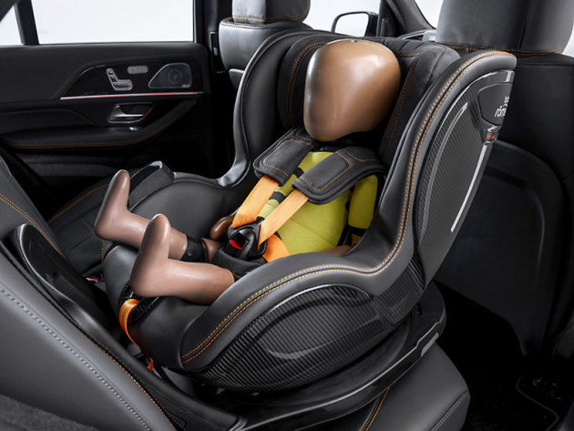Otočná dětská sedačka je bezdrátově propojená s vozem a disponuje funkcí Pre-Safe