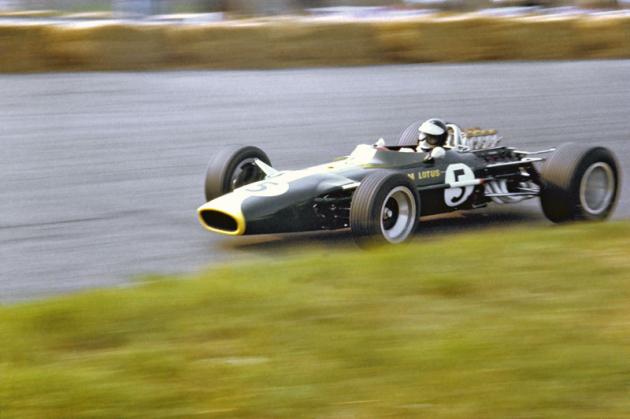 Dvojnásobný mistr světa Jim Clark (Lotus 49 Ford DFV), který také zahynul pro technickou závadu vozu