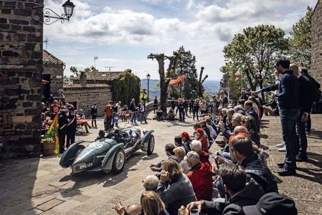 Aston Martin Speed Spa Special při průjezdu perlou Toskánska, městečkem Radicofani