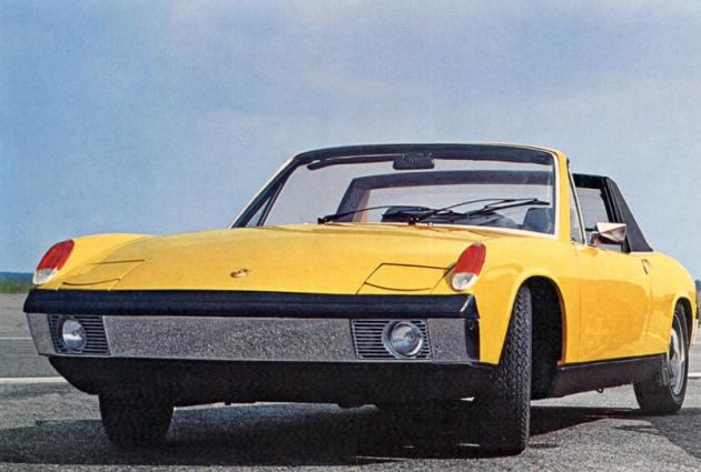 Čtyřválec 914 po sejmutí pevné střechy, která se nasazovala mezi rám čelního okna aochranný oblouk
