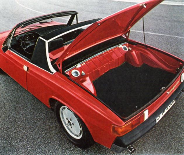 Výhodou koncepce s motorem uprostřed byly dva objemné zavazadlové prostory vpředu a vzadu