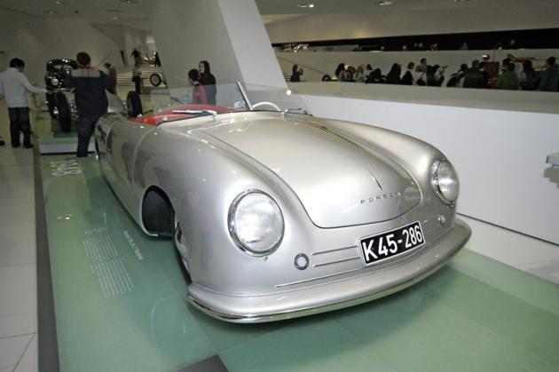 První Porsche z roku 1948 s motorem uprostřed před zadní nápravou, pak se ale vnávaznosti na Volkswageny nadlouho přestěhoval až za nápravu