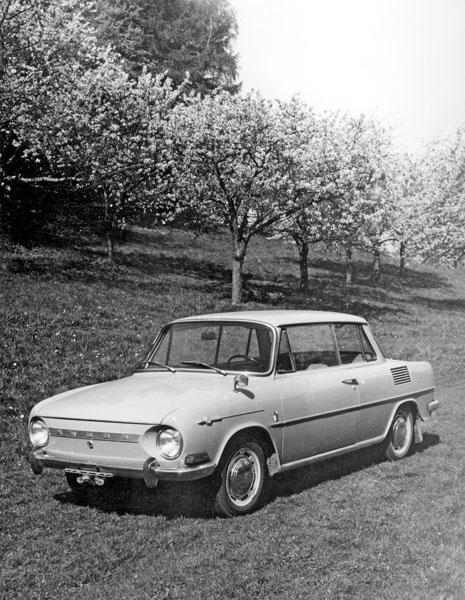 Zelený dvoudveřový prototyp Š 717 T2 na snímku pořízeném na jaře 1966