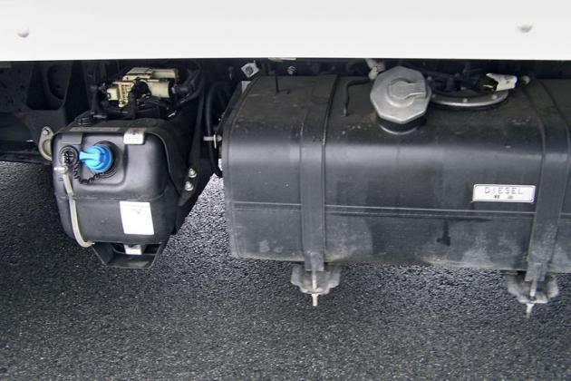 Vpravo na rámu je palivová nádrž na 70 l nafty a nádrž o objemu 12 l na AdBlue