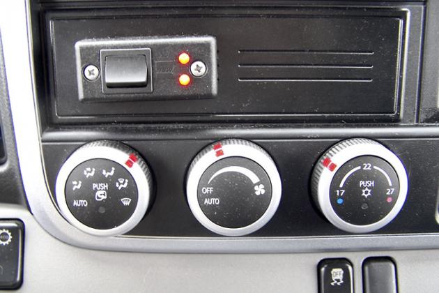 Nad ovladači větrání/vytápění je elektrický spínač pro zadní sklopné čelo
