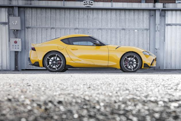 Dynamické proporce jednoznačně prozrazují koncepci vozu smotorem vpředu a pohonem zadních kol. Rozvor činí jen 2470mm, o 100 mm méně než u Toyoty GT86