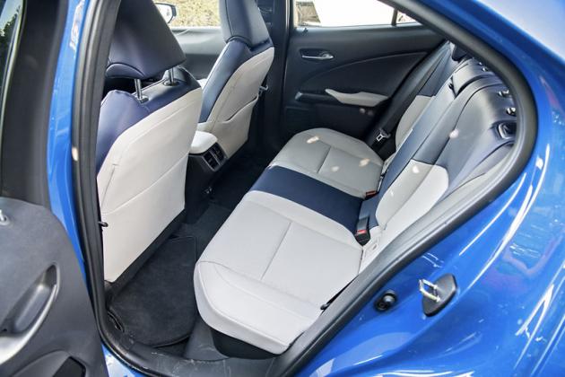 Na zadních sedadlech je místa průměrně, zavazadlový prostor patří k menším