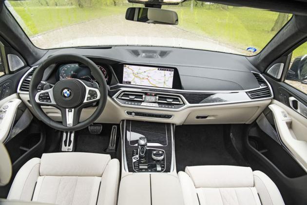 """Palubní deska BMW X7 se takřka neliší od té v menším BMW X5. Dvojice 12,3"""" displejů má promyšlené rozvržení zobrazovaných údajů a propracovaný systém obsluhy"""