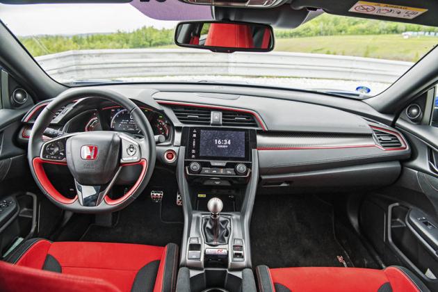 Pozice za volantem i tvar sedadel jsou příkladné. Verze Type R používá pro zvýraznění sportovnosti červenou barvu