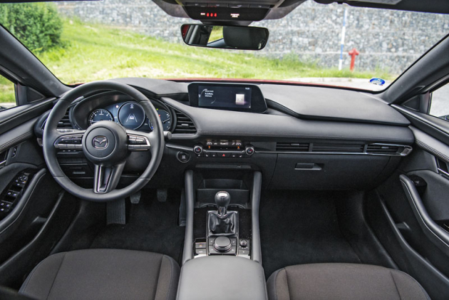 """Velký volant a trojice kruhových přístrojů působí velmi """"autařsky"""". Navigace se obsluhuje kolečkem za řadicí pákou"""