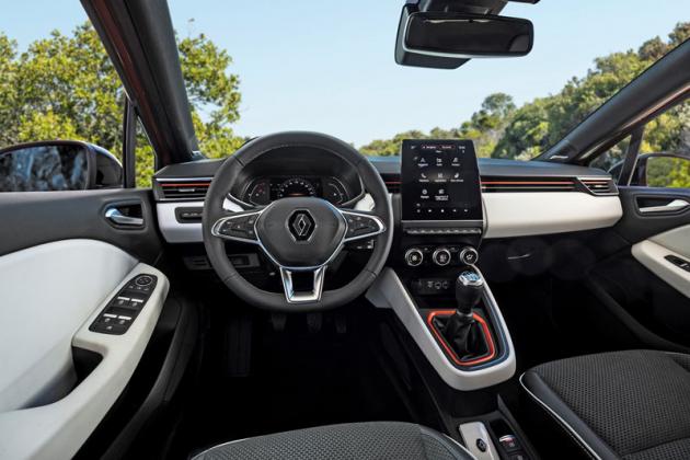 """Pracoviště řidiče působí hodnotnějším a přehlednějším dojmem. Většina funkcí je v""""tabletu"""", potěší však samostatné ovladače ventilace"""