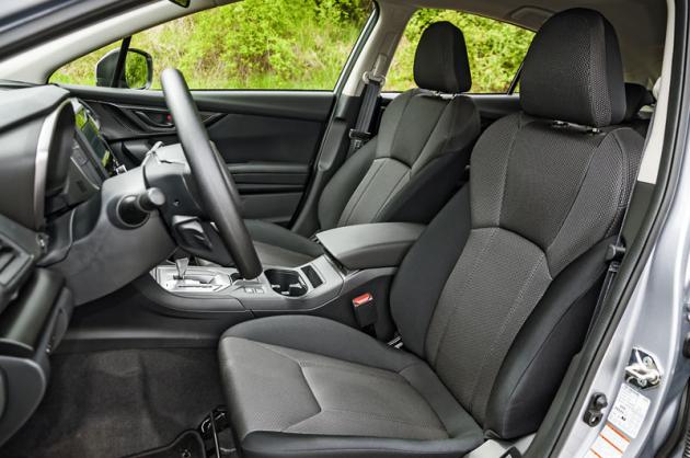 Sedadla nabízejí výborný tvar a dostatečně dlouhý sedák. Také systém EyeSight založený na dvou kamerách je součástí standardní výbavy