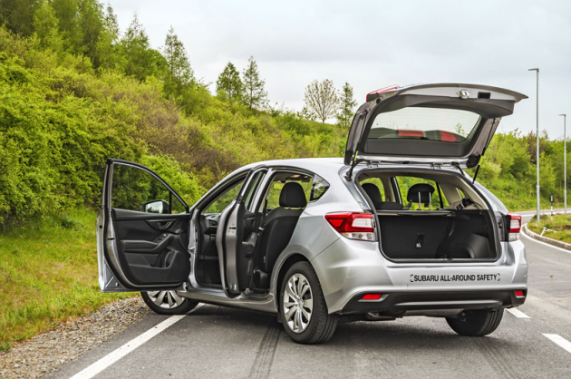 Aktuální generace Subaru Impreza je velmi prostorný hatchback. Potěší také vysoko výklopné páté dveře (182 cm) amožnost otevřít zadní pár dveří v úhlu až 90°, což usnadňuje třeba manipulaci s dětskými sedačkami