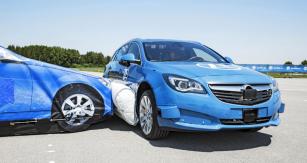 Moment střetu: atrapa automobilu naráží do speciálně upraveného vozu Opel Insignia, chráněného bočním vakem ZF