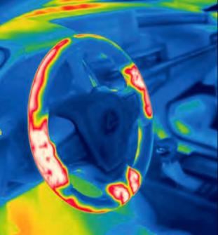 Volant modelu Lexus ES 300h má dvoustupňové vyhřívání, jež má vzákladních bodech úchopu optimální účinek. Mohlo by to působit jako banalita, ale tepelný diagram jednoznačně ukazuje, že by konstruktéři rozhodně měli zapracovat na kvalitnějším prohříváním vnitřní strany věnce volantu, což obzvláště vynikne právě v extrémně chladných podmínkách