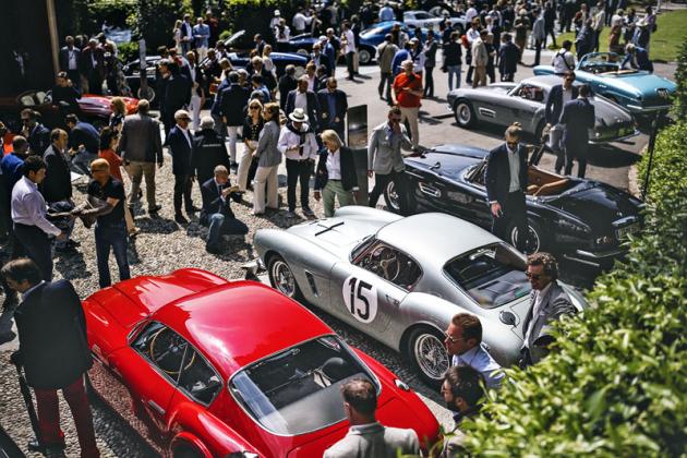 Stříbrné Ferrari 250GT Berlinetta SWB Competizione pohání motor V12 2953 cm³ o výkonu 260 k při 7000 min-1