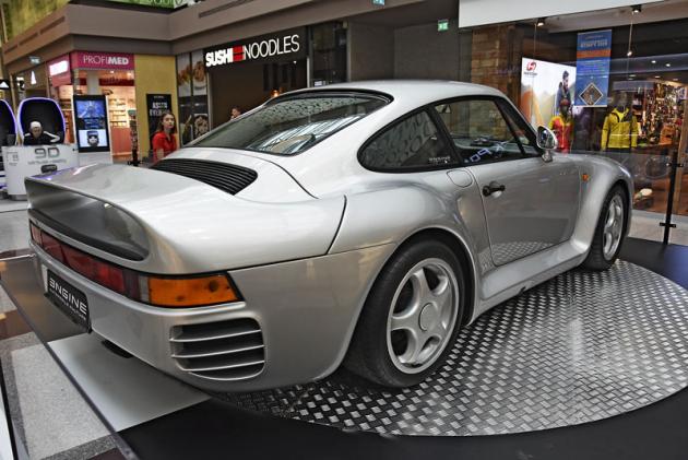 Silniční, poněkud civilizovaná verze závodního speciálu Porsche 959 se zrodila vletech 1987 a 1988 vpočtu 37 prototypů a 292 sériových a 8 později složených kusů znáhradních dílů. Jejich cena dnes začíná na 7 milionech korun