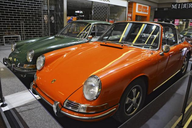 Porsche 911 (1967) se liší karosériemi – červená Targa a zelené kupé
