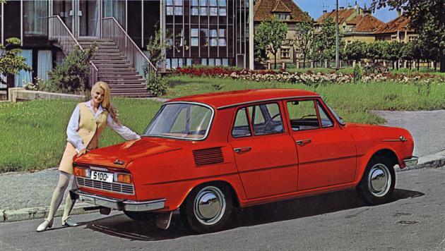 Do léta 1971 měla istandardní Škoda 100 na zádi ozdobnou mřížku
