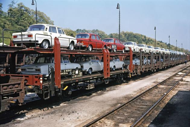 Většina automobilů Škoda 100/110 odjížděla zmateřské továrny po železnici