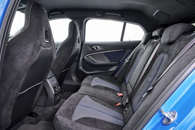 Na zadních sedadlech je v podélném směru o 33 mm více místa než dosud
