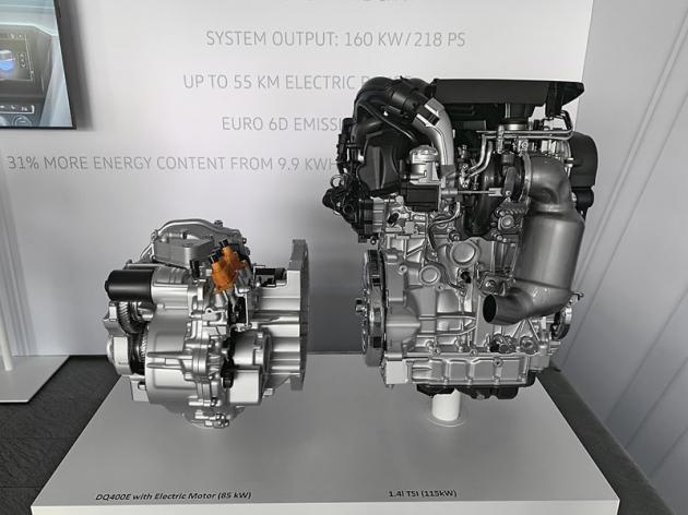 Zážehový čtyřválec 1.4 TSI (vpravo) Passatu GTE a vedle něj dvouspojková převodovka vjednom celku s elektromotorem o výkonu 85 kW