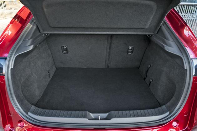 Oproti Mazdě 3 nabízí model CX-30 o72litrů větší zavazadlový prostor, atoipřes menší délku karoserie