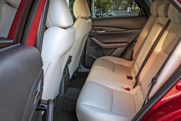 Vzpřímenější pozice sedadel zajistila ve druhé řadě ve srovnání s Mazdou 3 dojem větší prostornosti