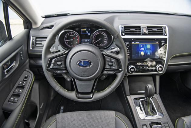 Uvnitř se edice X vyznačuje specifickým čalouněním a zeleným prošíváním použitým na volantu, sedadlech, manžetě voliče převodovky či palubní desce