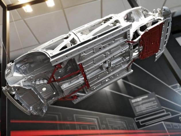 Podvozek obou modelů se dočkal výztuh vněkolika různých místech skeletu