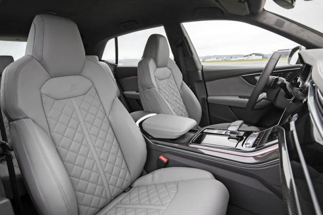 Přední sedadla, na rozdíl od těch zadních, poskytují znamenitou boční oporu