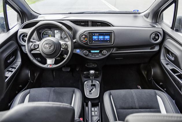 Sportovní styl do interiéru přinášejí speciální sedadla a především volant původem zToyoty GT86