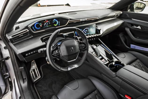 Pracoviště řidiče plug-in hybridního modelu P508 se od výchozího typu prakticky neliší. Na voliči převodovky přibyla pozice B pro intenzivnější rekuperaci