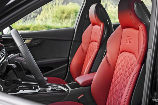 Přední sedadla sportovně laděné verze S4 TDI poskytují prvotřídní komfort, ale také oporu v zatáčkách