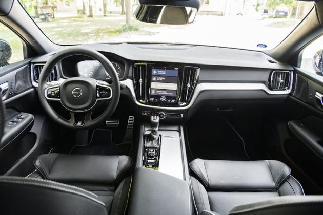 Pohodlný interiér zaujme klidnou atmosférou. Volvo průběžně vylepšuje ovládání prostřednictvím svislého dotykového displeje