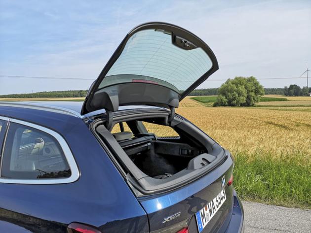 Praktické samostatně otevíratelné okno zavazadlového prostoru je součástí standardní výbavy od čtvrté generace (E46) BMW řady 3 Touring