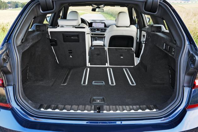 Objem zavazadlového prostoru lze po sklopení opěradel zadních sedadel zvětšit na 1510 l