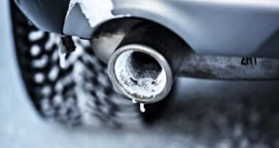 Pokud vůz provozovaný převážně na krátké vzdálenosti po mrazivé noci nenastartuje, může být na vině zamrzlý výfuk