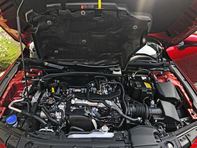 Motor je pod kapotou Mazdy 3 účinně zapouzdřen, takže pomaleji chladne. Tím se může v určitých situacích zkrátit doba provozu se studeným motorem, kdy nelze pracovat s chudou směsí