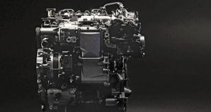 Součástí motoru Skyactiv-X je také mechanicky poháněný kompresor (na fotografii v levé horní části), zajišťující přísun potřebného množství vzduchu. Ve standardním režimu spalování se odpojuje
