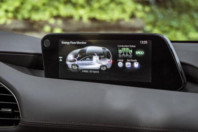 Řidič může provozní režim motoru sledovat na centrálním displeji (zelená znamená provoz na chudou směs). Zobrazují se i toky energií mild-hybridního systému