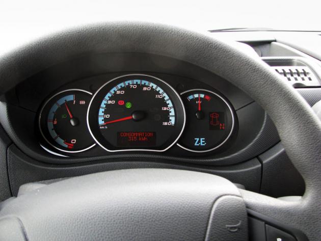 V zorném poli řidiče jsou kontrolky, rychloměr aukazatele stavu elektropohonu