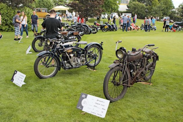 Mezi vystavenými motocykly se objevily i značky jako Indian (model Power Plus, vpravo) či Henderson (model Delux Four, vlevo)