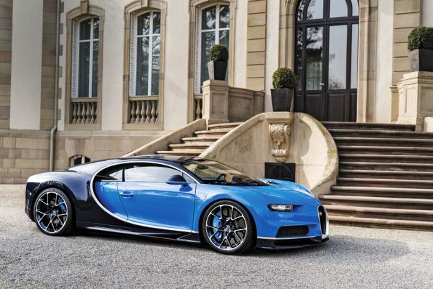 Dnešní Bugatti Chiron v Molsheimu před zámkem Saint Jean, někdejším sídlem Ettora Bugattiho