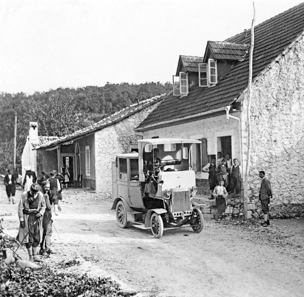Poštovní omnibus Laurin a Klement na snímku vbalkánském koloritu