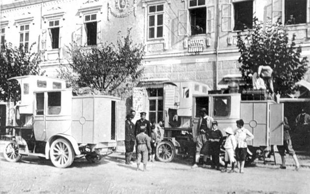 Dva osobní omnibusy na zastávce před poštovním úřadem v Podgorici