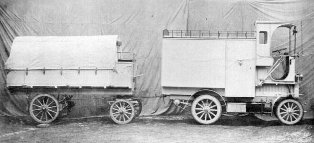 Poštovní furgon pro Černou Horu s vlekem na snímku z továrního dvora