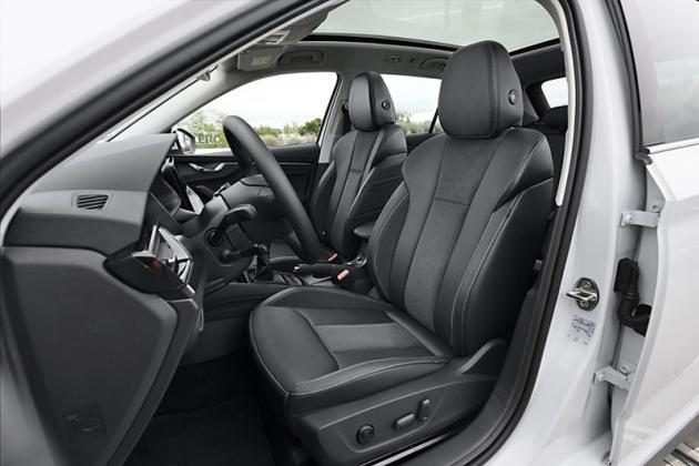 Pracoviště řidiče odpovídá typu Scala. Potěší rozsáhlou výbavou a pohodlnými sedadly